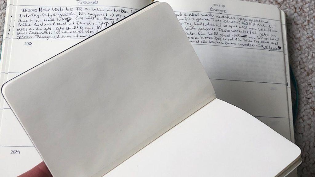 leeres Notizheft vor dem dicken Tagebuch