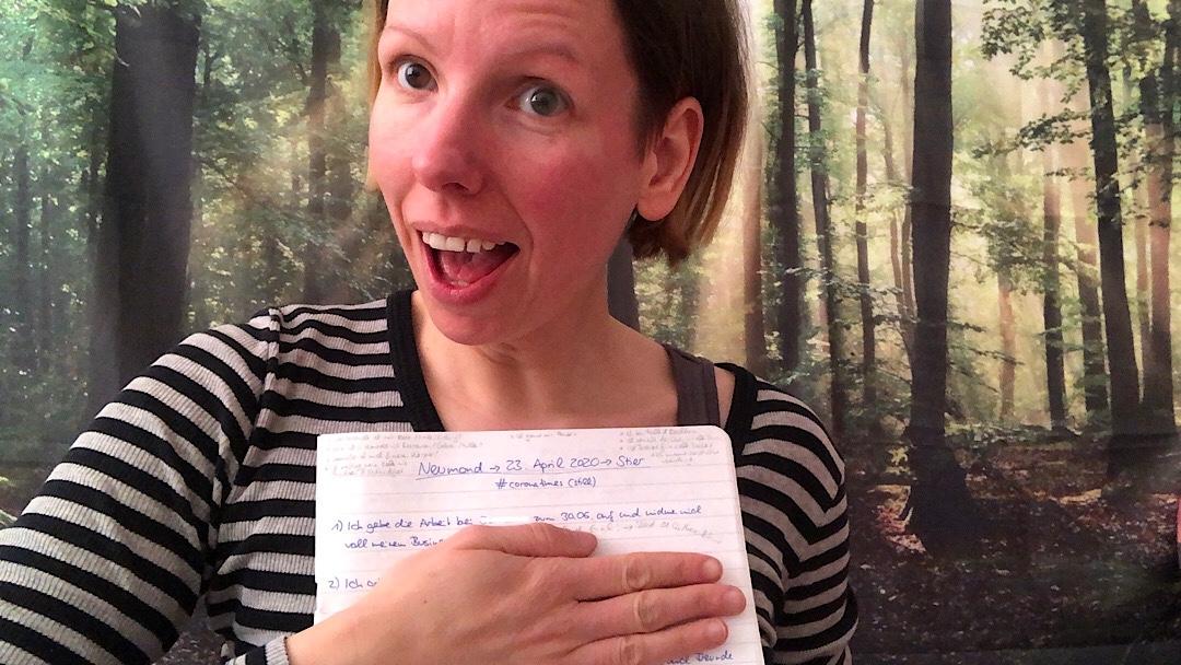 Marie mit Heft in der Hand zum Neumond in Stier 2020