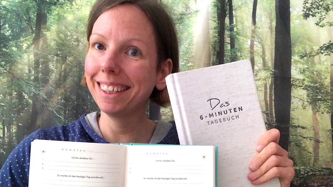 """Autorin mit zwei Exemplaren des Journals """"Das 6-Minuten-Tagebuch"""""""