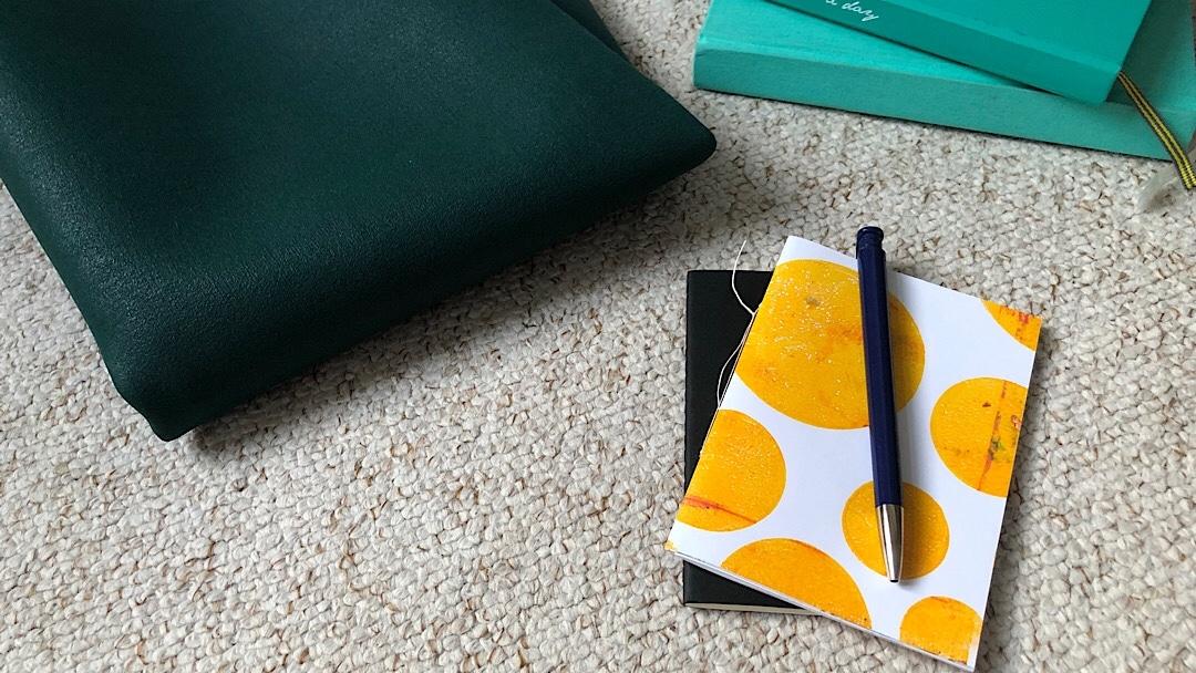 Reise-Yogamatte, zwei Heftchen und zwei dicke Journalbücher
